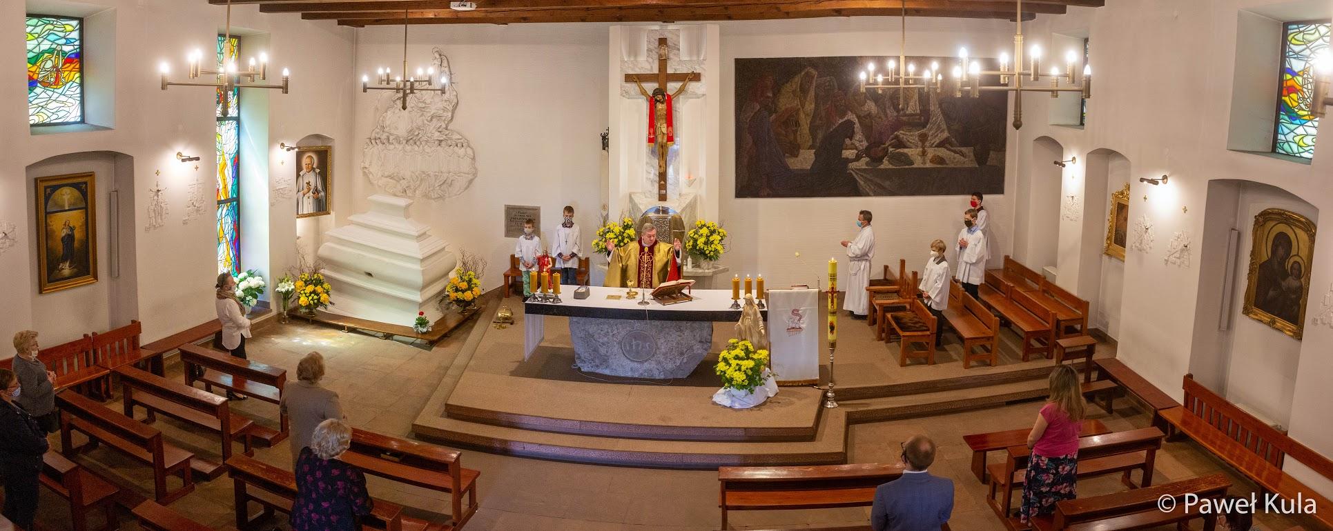 Nieliczni wierni gromadzą się na Eucharystii w Wieczerniku